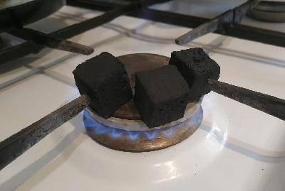 как разжечь угли для кальяна дома на газовой плите